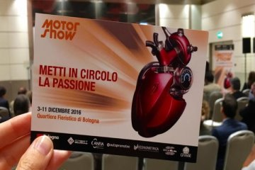 Invito dell'evento Motor Show 2016 a Bologna dal 3 all'11 Dicembre e foto di un motore rosso a forma di cuore umano e la scritta Metti in circolo la passione