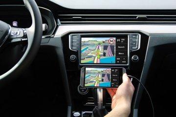 interno della Peugeot 208 con schermata del mirror screen confrontato a quella del cellulare