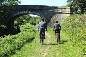 due ciclisti su una strada di campagna