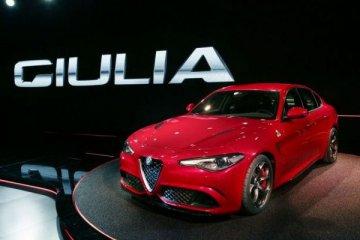 Nuova Alfa Romeo Giulia rossa in esposizione