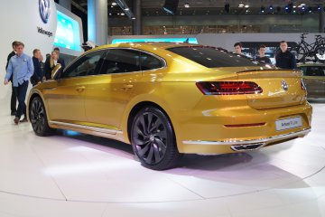 Volkswagen Arteon dorata espostaal Salone di Ginevra