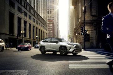 Nuovo look e meccanica Hi-tech per il nuovo Toyota RAV4